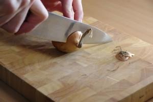 kitchen basics 1 zwiebel in w rfel schneiden studentenfutter. Black Bedroom Furniture Sets. Home Design Ideas